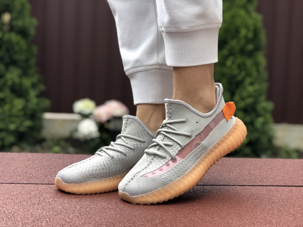 Модные кроссовки Adidas x Yeezy Boost,серые с персиком
