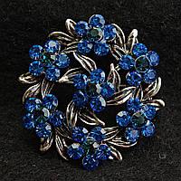 [35/35 мм] Брошь темный металл круглая сплетенные лепестки, цветы в синих камнях купить оптом в интернет