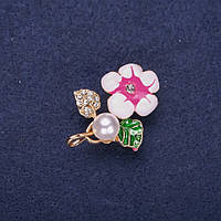 Брошь Цветок с жемчужной бусиной эмаль стразы цвет белый зеленый малиновый 32х23мм золотистый металл купить