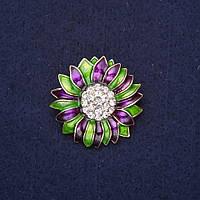 Брошь Цветок стразы эмаль цвет зеленый фиолетовый 29мм золотистый металл купить оптом в интернет магазине