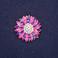 Брошь Цветок стразы эмаль цвет малиновый фиолетовый 29мм золотистый металл купить оптом в интернет магазине