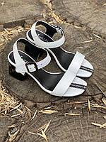 Женские кожаные белые  босоножки на каблуке