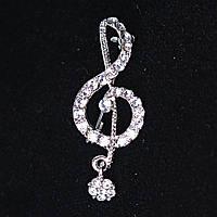 [40Х15 мм.] Брошь Скрипичный Ключ с подвеской-камушком, металл Silver и стразы