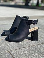 Женская черные кожаные босоножки на каблуке