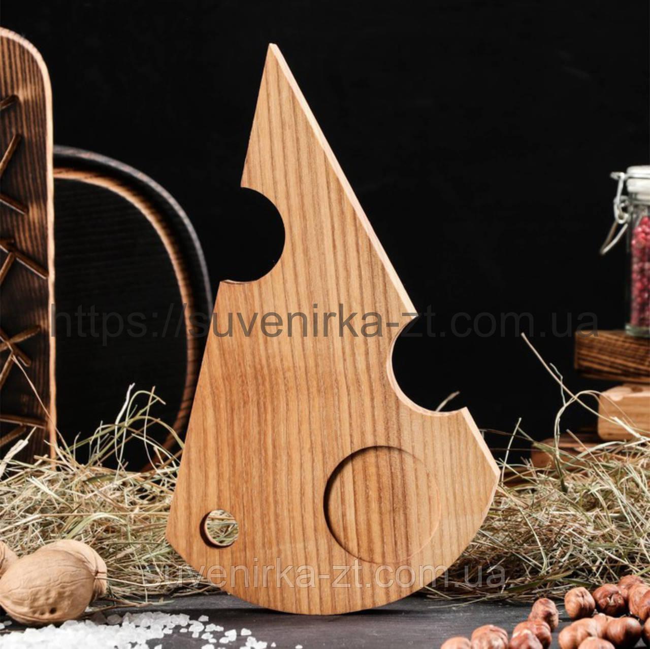 Деревянные доски для подачи с углублением для соусницы. Сыр. (A01021)