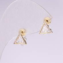 Серьги пусеты Треугольники серия 925 стразы камни цвет белый 8х9мм металл золотистый
