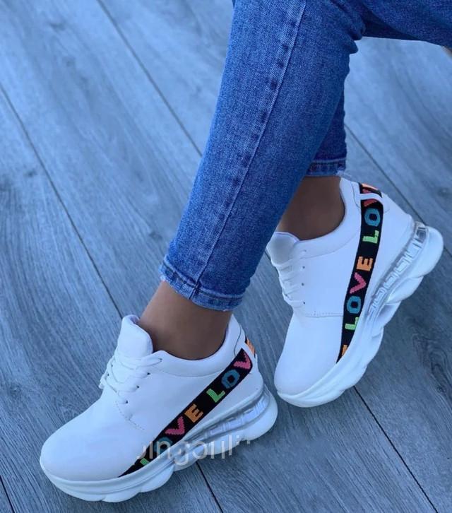 Білі літні кросівки на високій підошві
