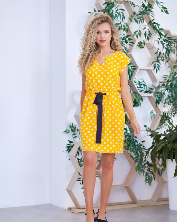 Желтое в горошек приталенное кулиской платье