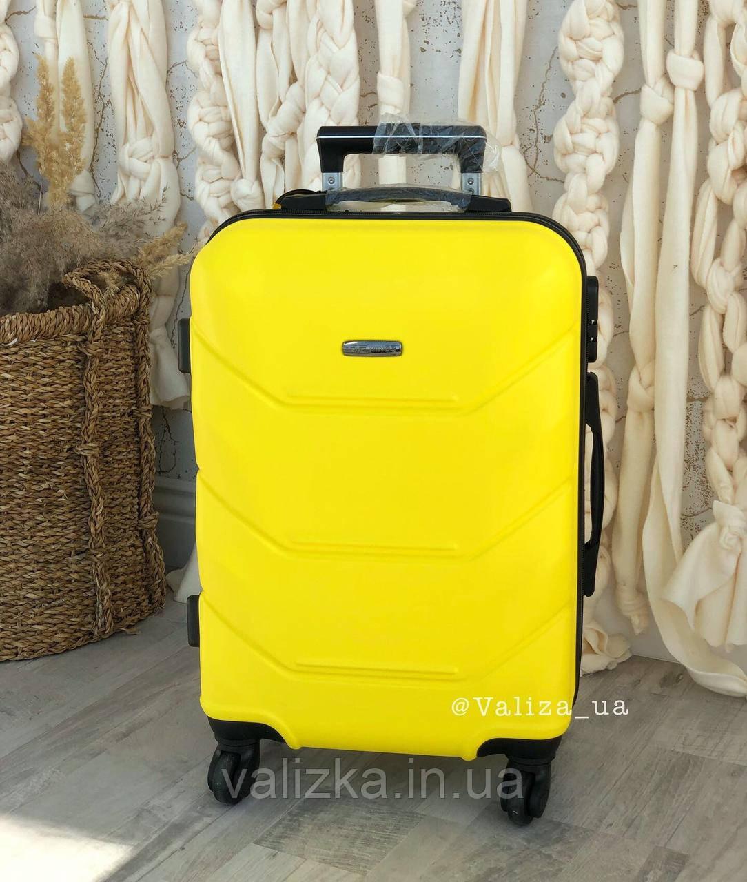 Желтый пластиковый чемодан ручная кладь
