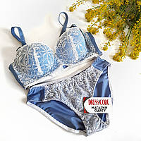 Красивый комплект нижнего белья  с кружевом в голубом цвете
