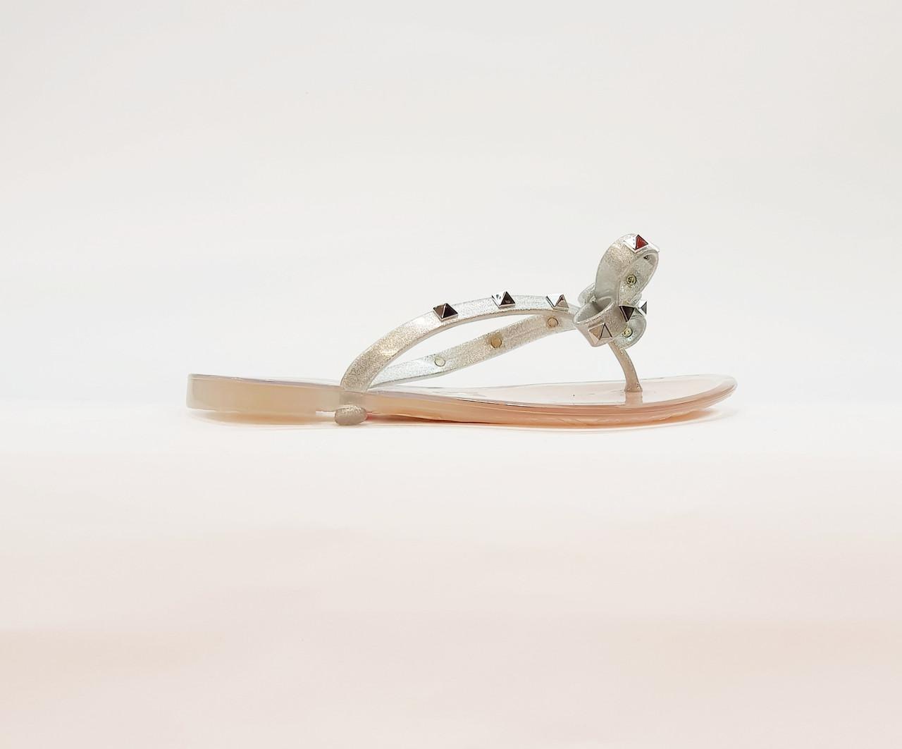 Шльопанці жіночі літні через палець силікон на плоскій підошві сріблястий