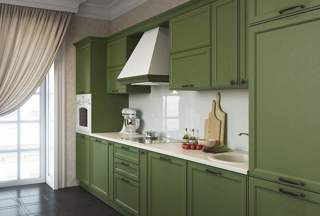 Кухня с зелеными фасадами и винтажными ручками
