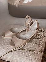 Босоножки бежевые на маленьком каблуке выполнены из натуральной кожи