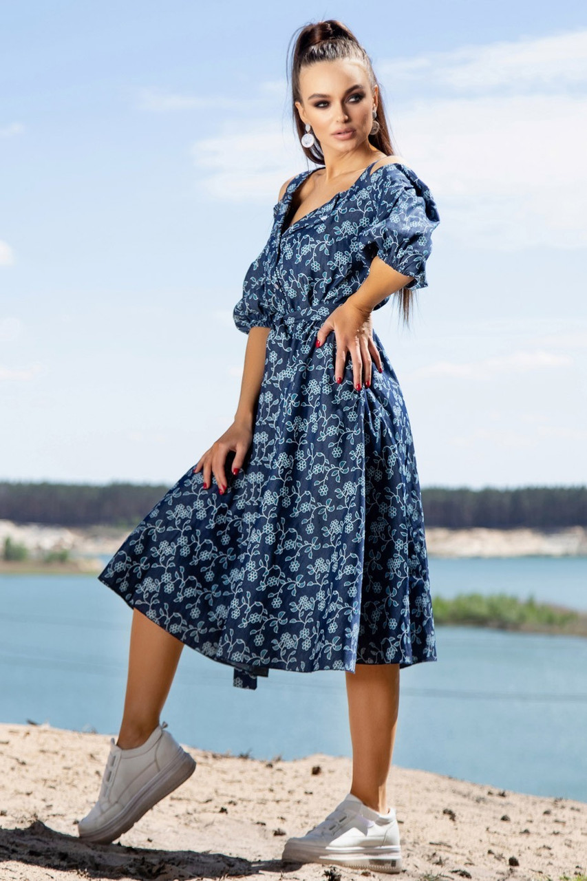 Летнее синее платье миди с открытыми плечами с цветочным принтом