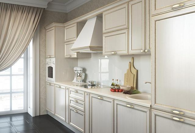 Классическая кухня с белыми фасадами и золотой патиной