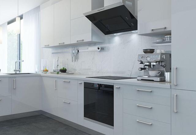 Белая кухня с белыми ручками