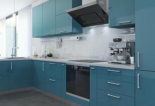 Кухня с крашеными фасадами и белыми ручками