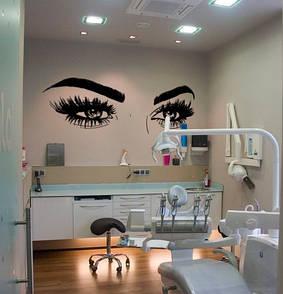 Наклейка на стену Брови и глаза (густые ресницы, женский взгляд, декор в салон красоты)