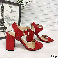 Красные кожаные босоножки на каблуке