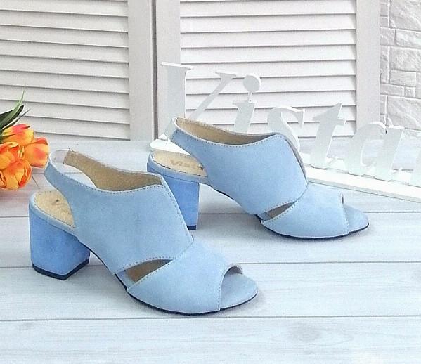 Замшевые голубые босоножки на каблуке