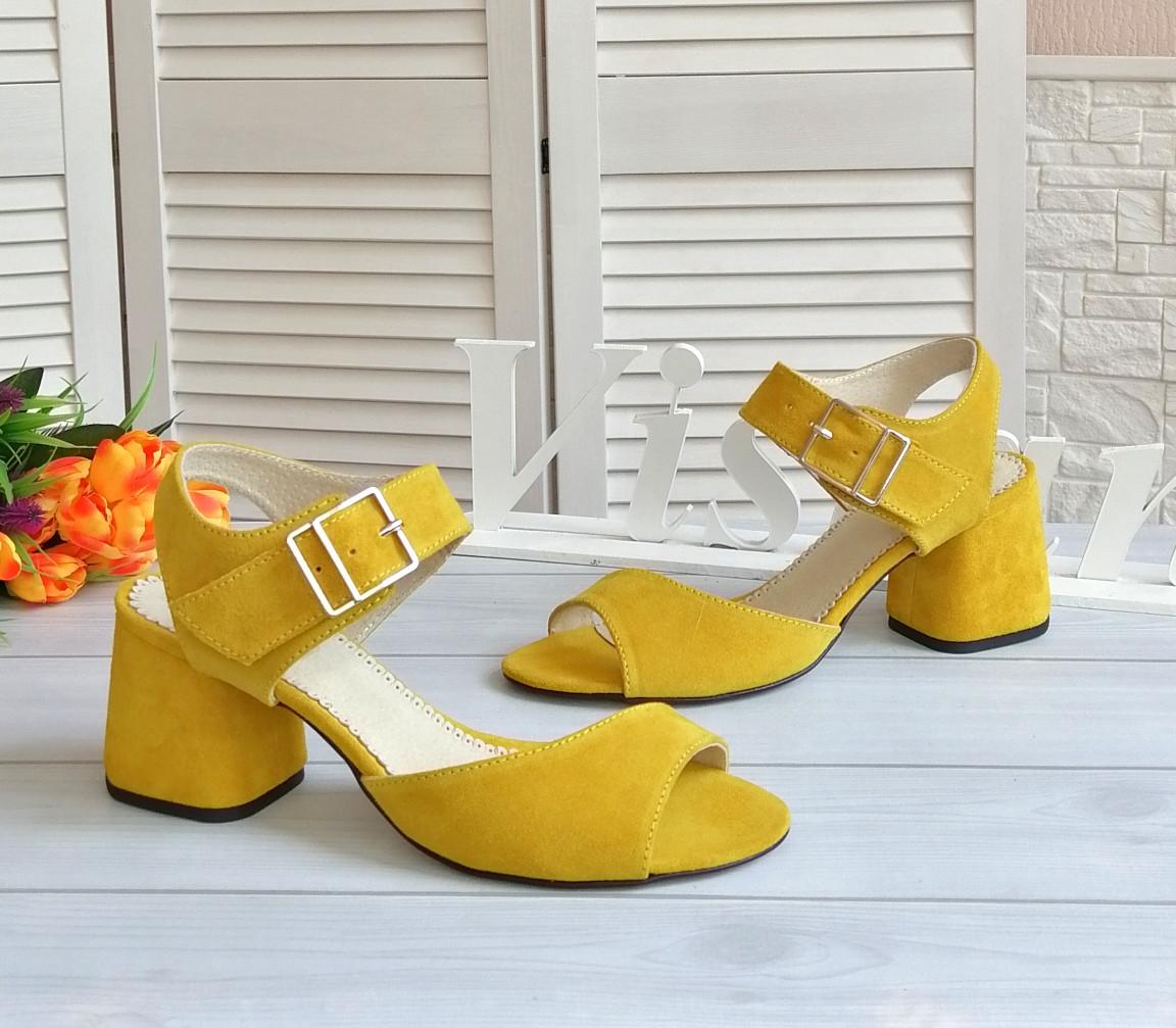 Желтые замшевые босоножки от производителя