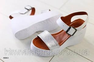 Жіночі шкіряні босоніжки на платформі білі з сріблом