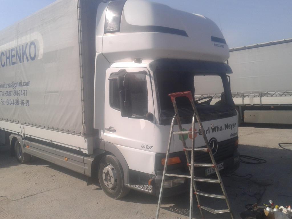 Замена лобового стекла на грузовике Mercedes Atego в Никополе