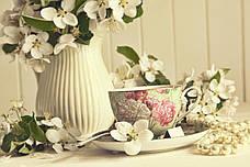 Белые цветы и бусы
