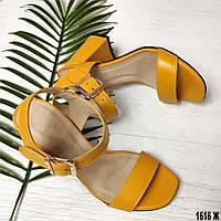 Кожаные желтые босоножки на каблуке, фото 1