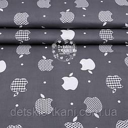"""Тканина полікотон """"Білі яблучка Apple"""" на темно-сірому тлі, ширина 220 см"""