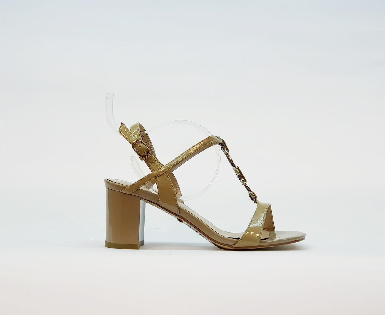 Босоножки женские бежевые из натуральной лаковой кожи на среднем каблуке столбик