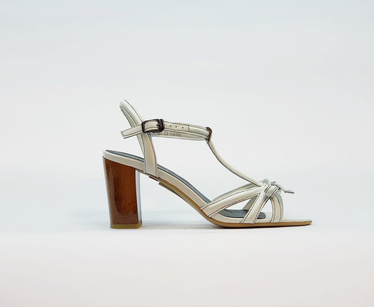 Босоножки женские из натуральной кожи на высоком каблуке столбик белые