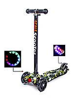 +Подарок Детский самокат MAXI. Камуфляж. Чёрные светящиеся колёса.