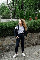 Стильный женский спортивный костюм с кофтой на молнии и брюками на манжете темно-синего цвета