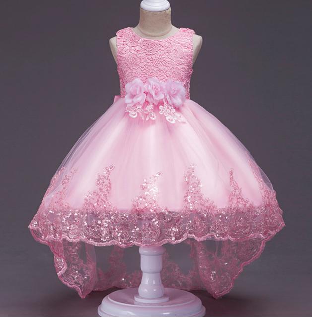 Платье нежно розовое со шлейфом три розы с отделкой из кружева и паеток нарядное для девочки.