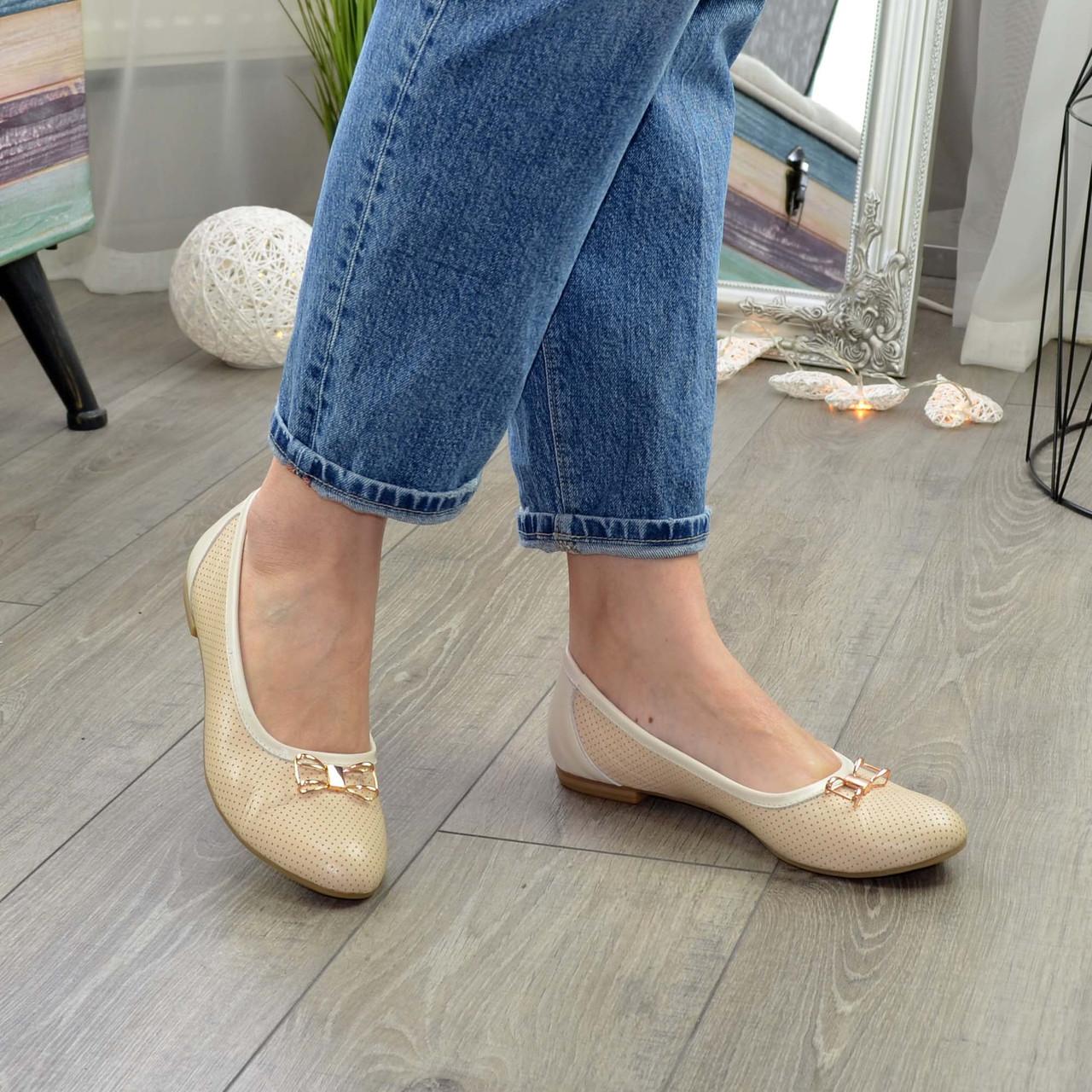Женские кожаные бежевые туфли, декорированы бантиком