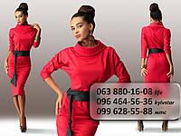 Красивое женское платье средней длины с воротником хомутом и широким поясом из экокожи красное