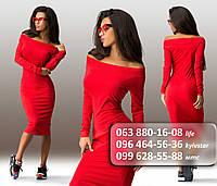 Стильное женское платье по фигуре с длинным рукавом и открытыми плечами красное