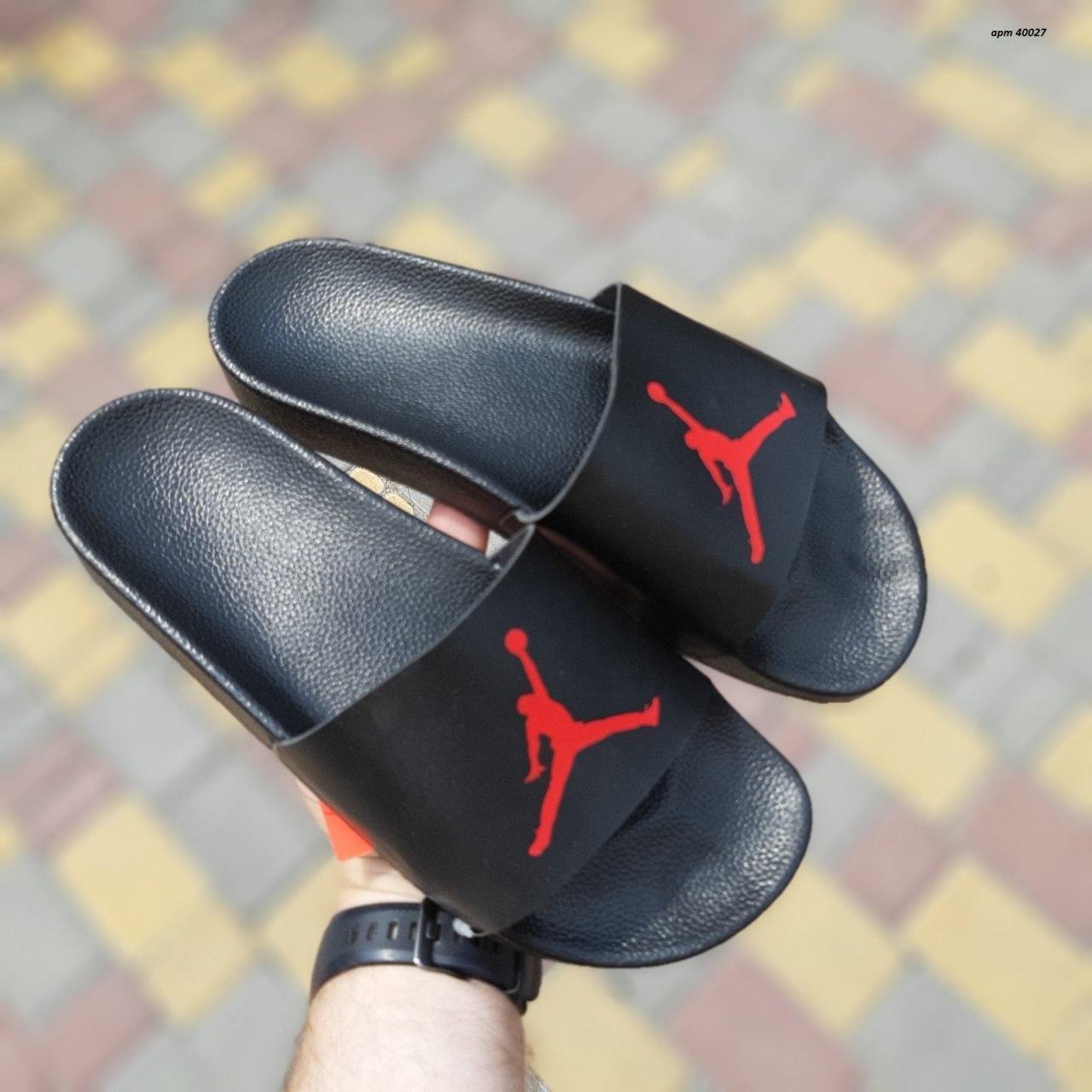 Мужские летние шлепанцы черные с красной эмблемой Джордан