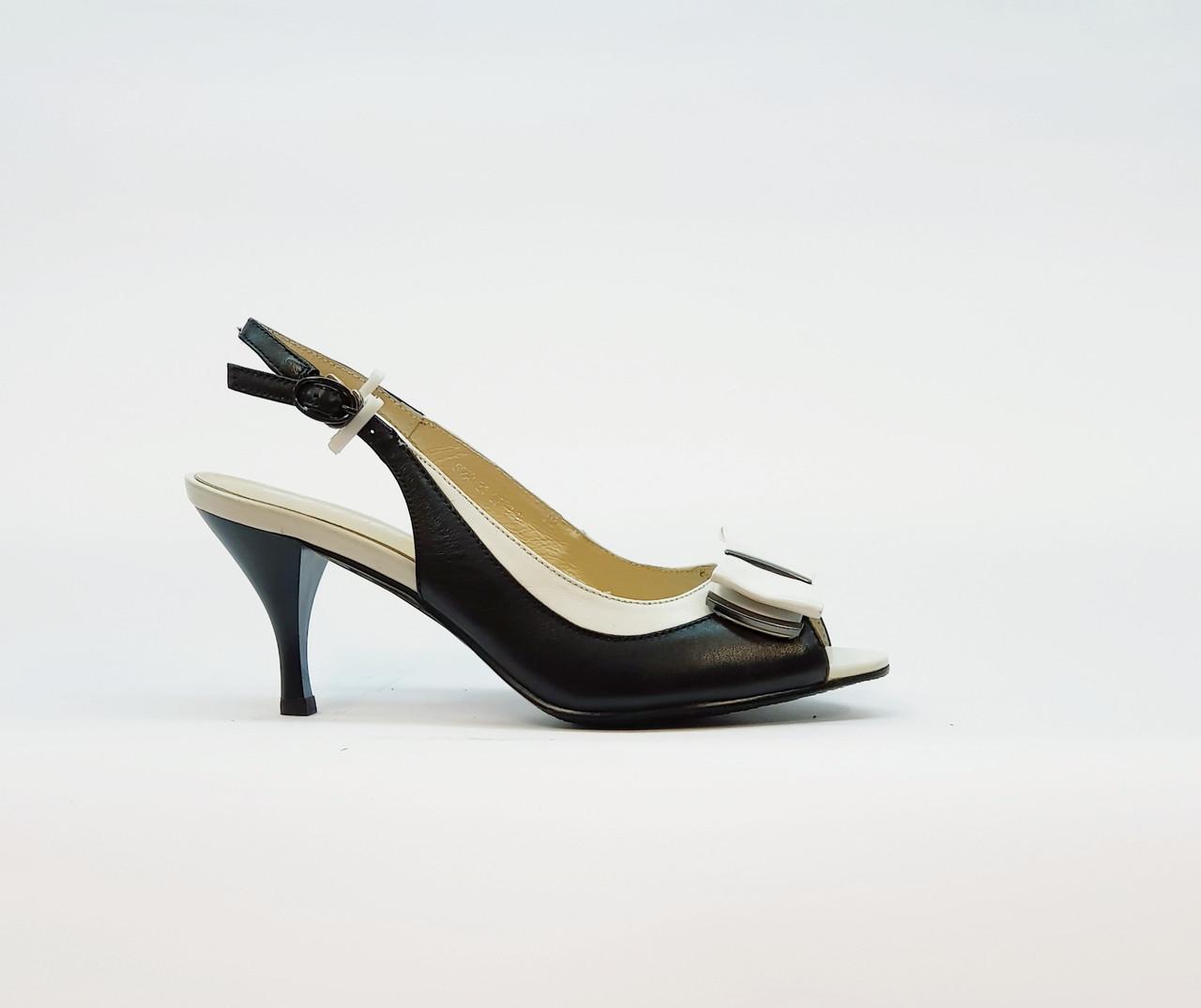 Босоножки женские из натуральной кожи на среднем каблуке рюмочка черные