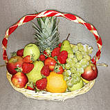 Кошик фруктовий подарунковий  вітальний з ананасом виноградом полуницею апельсинами грушами персиками, фото 2