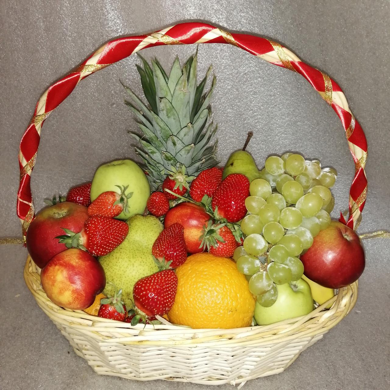 Кошик фруктовий подарунковий  вітальний з ананасом виноградом полуницею апельсинами грушами персиками