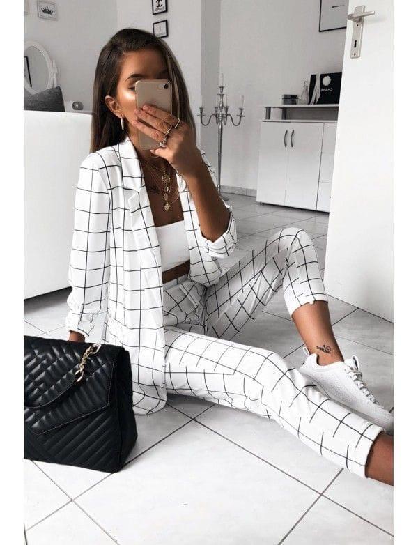 Женский стильный брючный костюм в клетку с пиджаком