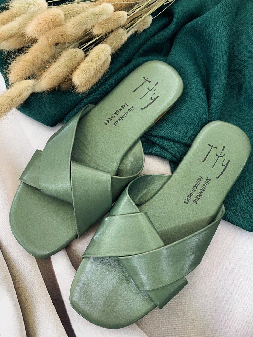 Женские зеленые шлепанцы