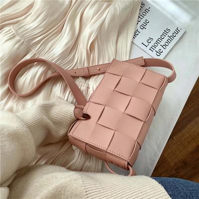 Модная маленькая женская сумка. Сумка клатч женская стильная плетеная модная. Сумочка женская (розовая)