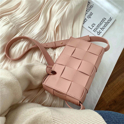 Сумка клатч жіноча стильна плетені модна. Сумочка трендова з плетінням (рожева)