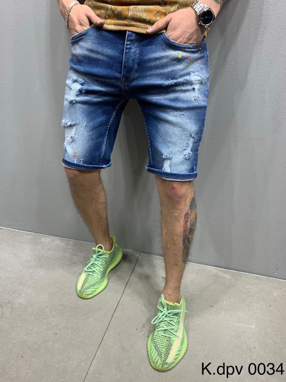 Мужские джинсовые шорты синего цвета с заплатками