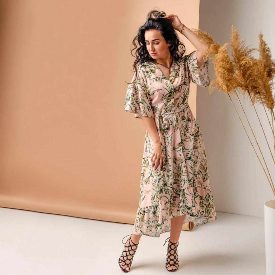 Красивое платье с цветочным узором пудровое