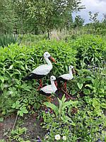 Парковая садовая скульптура семья аистов.
