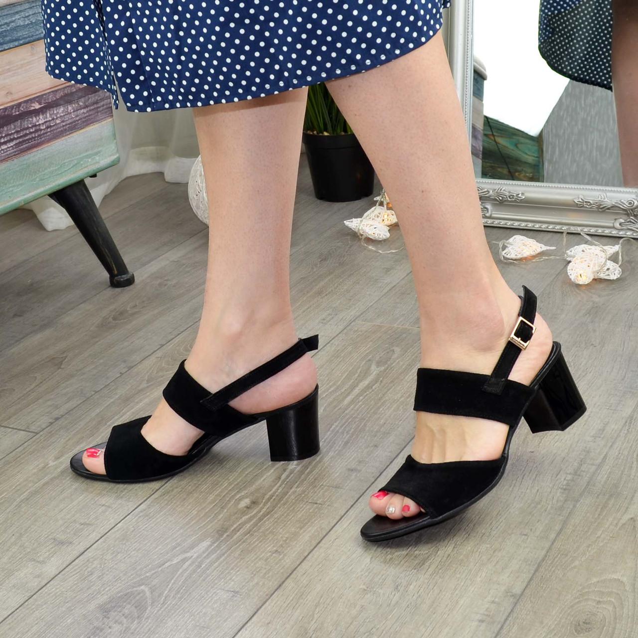 Босоножки женские замшевые черные на невысоком устойчивом каблуке.